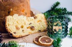Torta italiana tradicional del panettone para la Navidad fotos de archivo