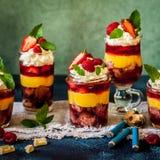 Torta, jalea y Berry Individual Trifles de la fruta foto de archivo