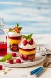 Torta, jalea y Berry Individual Trifles de la fruta foto de archivo libre de regalías