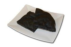 Torta negra del carbón vegetal en plato Foto de archivo libre de regalías