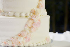 Torta nunziale in alto vicino bianco, rosa e della pesca fotografie stock libere da diritti