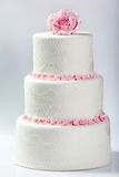 Torta nunziale bianca con la rosa di rosa Fotografie Stock