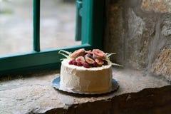 Torta nunziale casalinga decorata con i fiori ed i frutti Immagine Stock Libera da Diritti