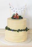 Torta nunziale completata con il fico su fondo bianco Fotografie Stock Libere da Diritti