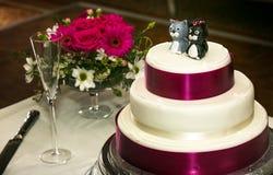 Torta nunziale con i cappelli a cilindro del dolce del gatto fotografie stock libere da diritti