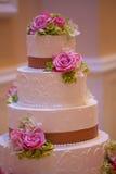 Torta nunziale con i fiori Fotografia Stock Libera da Diritti