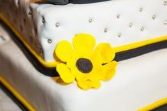 Torta nunziale con i fiori gialli Fotografie Stock