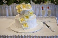 Torta nunziale con i fiori gialli dell'orchidea Fotografie Stock Libere da Diritti