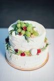 Torta nunziale con i frutti Fotografia Stock