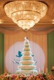 Torta nunziale con il fondo del bokeh Fotografie Stock