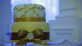 Torta nunziale con l'arco video d archivio