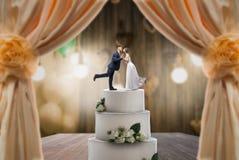 Torta nunziale con la sposa e lo sposo sulla cima immagine stock libera da diritti