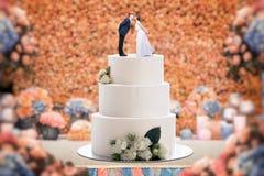 Torta nunziale con la sposa e lo sposo sulla cima fotografia stock libera da diritti