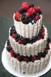 Torta nunziale con le bacche Fotografia Stock