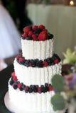 Torta nunziale con le bacche e le fragole Fotografia Stock
