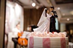 Torta nunziale con le coppie Fotografia Stock Libera da Diritti