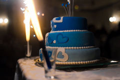Torta nunziale con le stelle filante brillanti Fotografia Stock