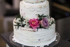 Torta nunziale decorata con i fiori freschi Immagine Stock Libera da Diritti