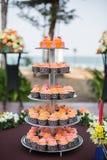 Torta nunziale decorata con i fiori sulla Tabella Fotografie Stock Libere da Diritti