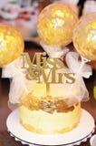 Torta nunziale decorata con i fiori immagini stock