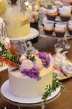 Torta nunziale decorata con i fiori fotografie stock
