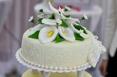 Torta nunziale decorata con il fondente Fotografia Stock Libera da Diritti