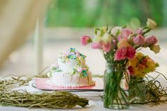 Torta nunziale decorata con le rose immagine stock libera da diritti
