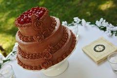 Torta nunziale del cioccolato con le ciliege Immagini Stock