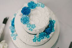 Torta nunziale del fiore blu e bianco Fotografie Stock Libere da Diritti