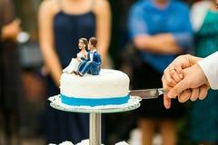 Torta nunziale di taglio dello sposo della sposa Immagine Stock