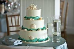 Torta nunziale a file tre Fotografia Stock