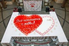 Torta nunziale in forma di cuore con le fragole Fotografie Stock