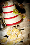Torta nunziale mangiata per metà fotografia stock