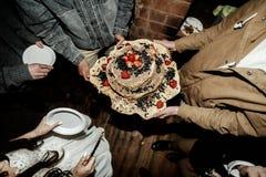 Torta nunziale rustica casalinga Fotografia Stock Libera da Diritti