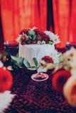 Torta nunziale sui precedenti della decorazione in un colore di Borgogna nel ristorante fotografie stock libere da diritti