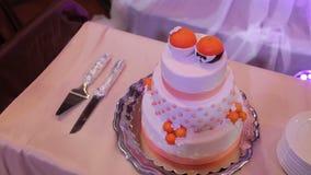 Torta nunziale sul banchetto stock footage