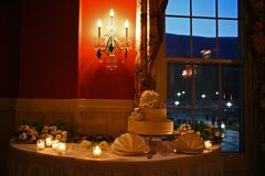 Torta nunziale sulla tavola con le candele Fotografia Stock