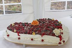 Torta nunziale tradizionale completata con le bacche Immagini Stock Libere da Diritti