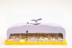 Torta púrpura con las nueces en la inserción de la jalea foto de archivo libre de regalías