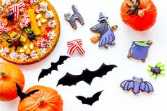 Torta para o Dia das Bruxas com as aranhas gomosas perto dos bastões de papel e a cookie do Dia das Bruxas na opinião superior do Imagens de Stock