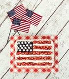 Torta patriótica de la bandera americana con las mini banderas Foto de archivo libre de regalías