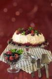 Torta Pavlova del merengue con la crema, las bayas y la menta, fondo del bokeh Foto de archivo libre de regalías