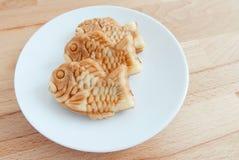 Torta pescado-formada japonesa Taiyaki en la placa Fotografía de archivo
