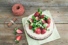 Torta picante rústica del jengibre con el relleno del queso cremoso y el str fresco Imágenes de archivo libres de regalías