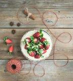 Torta picante rústica del jengibre con el relleno del queso cremoso y el str fresco Imagen de archivo libre de regalías