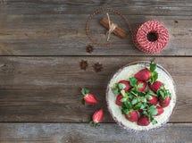 Torta picante rústica del jengibre con el relleno del queso cremoso y el str fresco Fotografía de archivo
