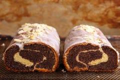 Torta polaca tradicional de la amapola de pascua con la formación de hielo y almendras Imágenes de archivo libres de regalías