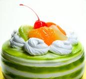 Torta poner crema blanca con con sabor a fruta mezclado aislada en el fondo blanco Foto de archivo