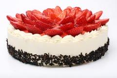 Torta poner crema con las fresas en el fondo blanco Imagen de archivo
