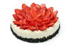 Torta poner crema con las fresas en el fondo blanco Fotografía de archivo libre de regalías